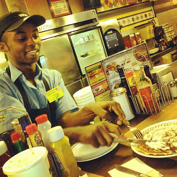 Photo taken at Waffle House by Dewayne C. on 9/28/2013