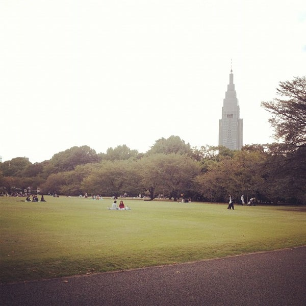 Photo taken at Shinjuku Gyoen by Yusuke I. on 10/27/2012