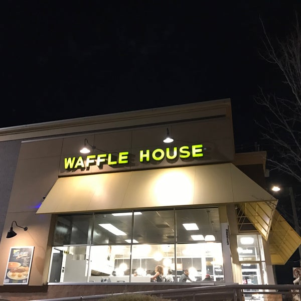 Photo taken at Waffle House by Lindy F. on 2/10/2017