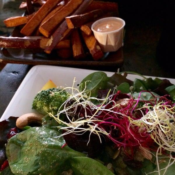 Der Super Food Salad war wirklich super! Süßkartoffel-Pommes lecker, mit Schale und Chili-Knoblauch Dip. Charmanter Service :)