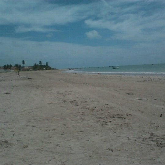 Foto tirada no(a) Praia de Paripueira por Clarissa D. em 2/21/2013
