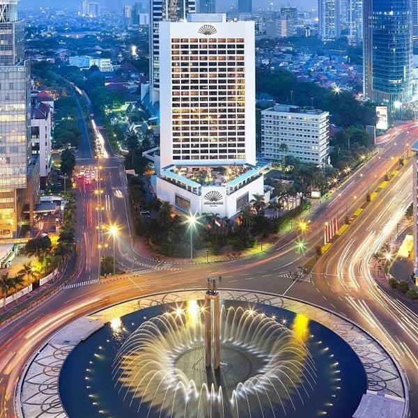 Photo taken at Bundaran Hotel Indonesia (Monumen Selamat Datang) by Nusatrip T. on 2/27/2013
