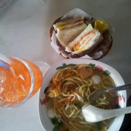 Photo taken at Auntie Kopitiam by Qiu Qiu L. on 12/24/2012