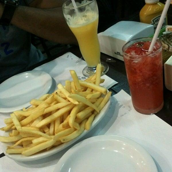 Foto tirada no(a) Brasil Burger por Jenyffer O. em 3/12/2013