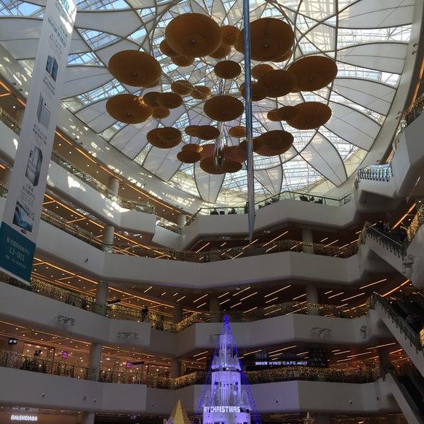 Photo taken at 银河国际购物中心 Galaxy Mall by Liftildapeak W. on 12/6/2015