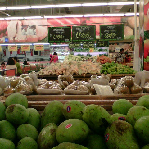 Photo taken at Giant by Dyah A. on 6/1/2013