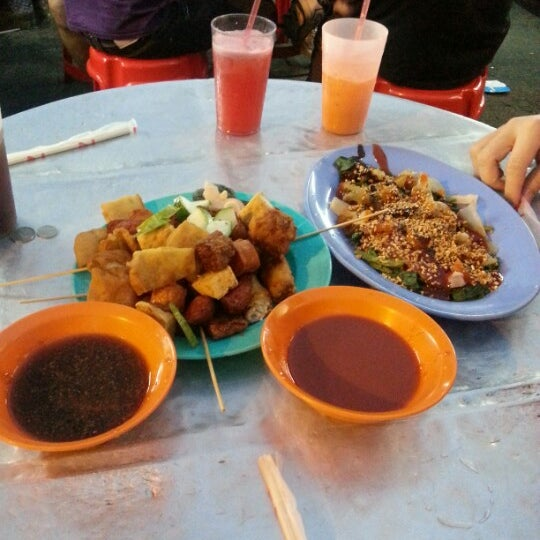 Photo taken at Chulia St. Night Hawker Stalls by Johnson S. on 1/25/2013