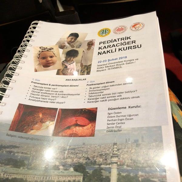 รูปภาพถ่ายที่ İstanbul Üniversitesi Kongre Kültür Merkezi โดย Nesli เมื่อ 2/22/2018