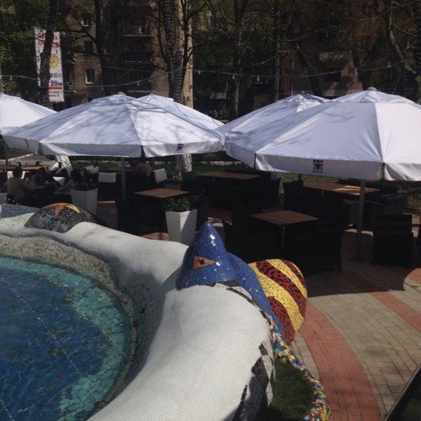 Любимый одесский фьюжн ресторан: официанты с классным чувством юмора, отличное меню, оригинальные блюда, особенно вкусные коктейли и конечно, летняя площадка с невероятным фонтаном! 10 из 10 :)