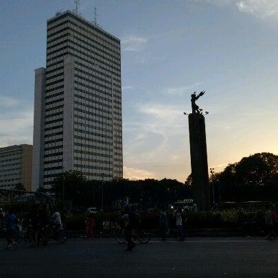 Photo taken at Bundaran Hotel Indonesia (Monumen Selamat Datang) by irsanshb on 4/29/2017