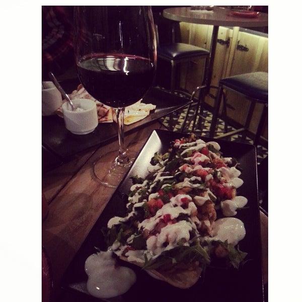 Ομορφο,φιλικο και ησυχο wine bar!νοστιμο φαγητο που κατ'εμε οι ποσοτητες ειναι ισες με την τιμη.try: φωλιες με κοτοπουλο&λαχανικα και quesadillas με κοτοπουλο και quacamole!! Τα ψωμακια τα πληρωνετε!