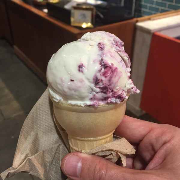Das Foto wurde bei Jeni's Splendid Ice Creams von ed p. am 5/30/2017 aufgenommen