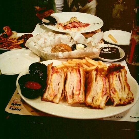 Photo taken at 베니건스 / Bennigan's by Hyejun L. on 12/25/2012