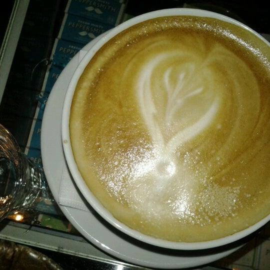 Foto scattata a Adriano's Bar & Café da Engelchen m. il 12/28/2012