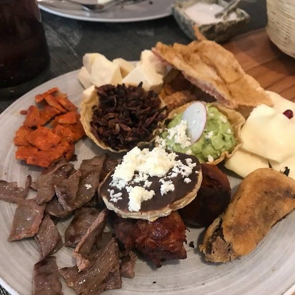 La elaboración de comida Oaxaqueña, con un toque de Gourmet y bien cuidada su presentación, y qué decir de la gran variedad de mezcales y cocktailes con diferentes tonos, dulces, aciditos, picositos.