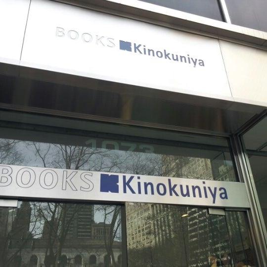 รูปภาพถ่ายที่ Kinokuniya Bookstore โดย Elena C. เมื่อ 1/2/2013