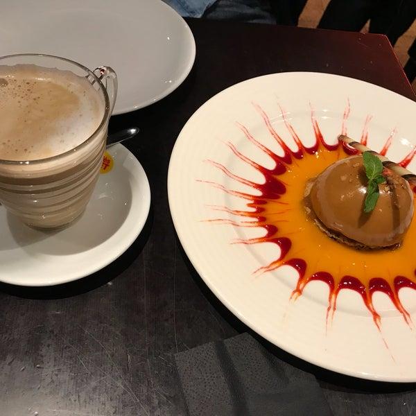 Photo prise au Demi Lune Café par Didem K. le2/24/2018