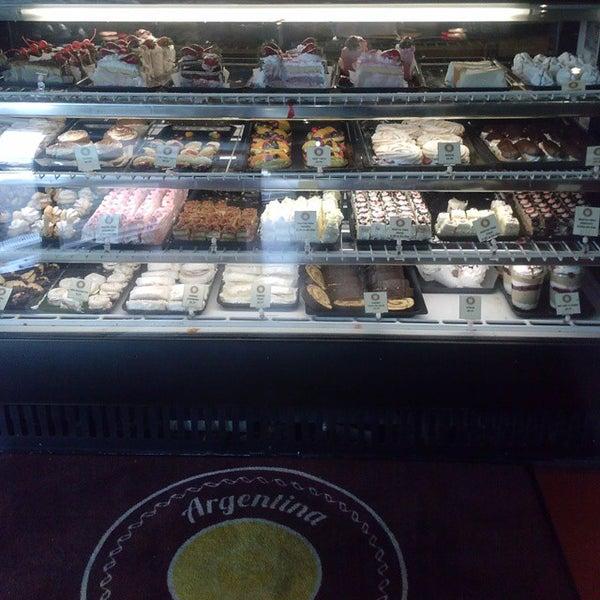 3/17/2015 tarihinde John U.ziyaretçi tarafından Argentina Bakery'de çekilen fotoğraf