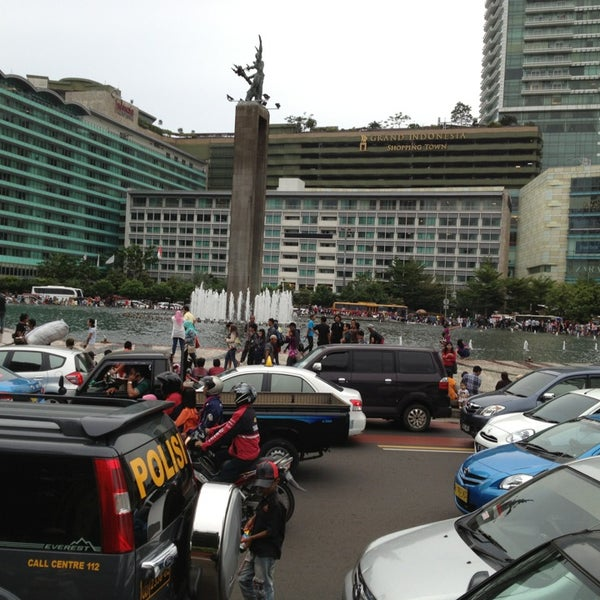 Photo taken at Bundaran Hotel Indonesia (Monumen Selamat Datang) by Tony H. on 12/31/2012