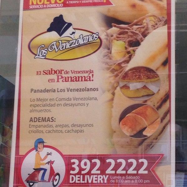 Los domingos si pasas luego de las 9am no podrás comer. Las empanadas de Cazón son excelentes y a buen precio! Las preparan hasta el medio día. Ahora bien, las Arepas me parecen que si están caras.