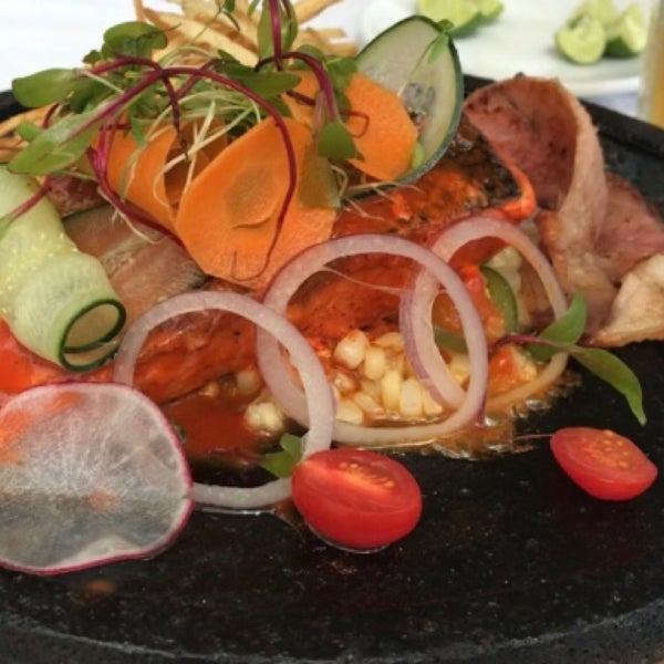 Deli deli, servicio rápido, agradable, lo mejor del lugar. Tiene bufete por 200 aprox pero los platillos individuales son lo máximo; recomiendo el salmón y la sopa azteca.