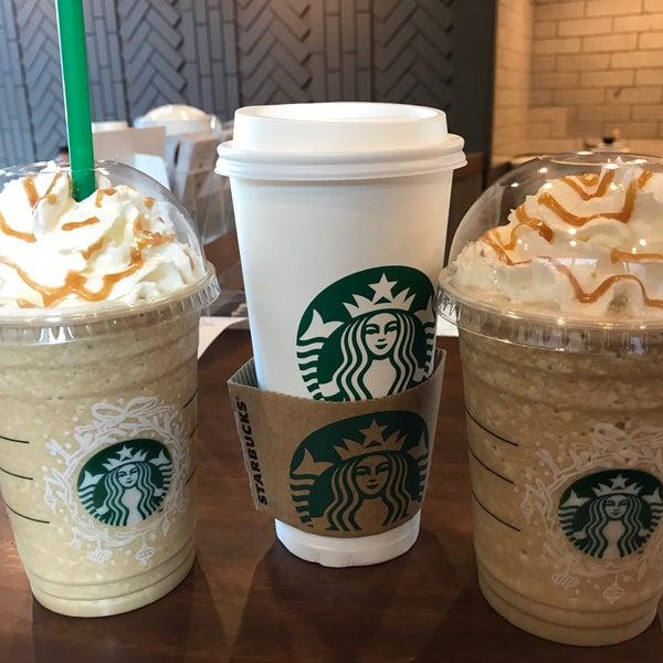 Photo taken at Starbucks by Jobbiee Z. on 12/17/2016