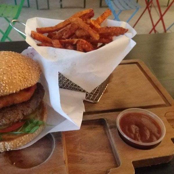 Van Goch Burger mit Ziegenkäse, Walnuss und Preiselbeer-Sauce ist unbeschreiblich lecker
