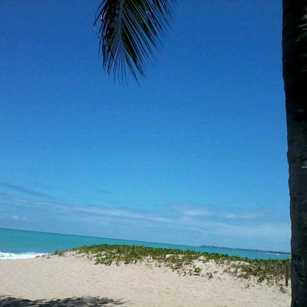 รูปภาพถ่ายที่ Praia de Guaxuma โดย Michele S. เมื่อ 3/22/2013
