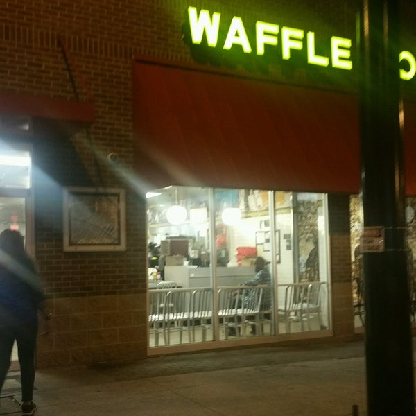 Photo taken at Waffle House by RoRi S. on 10/17/2016