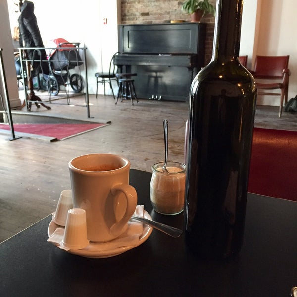 2/17/2017 tarihinde Eric M.ziyaretçi tarafından Café Lézard'de çekilen fotoğraf