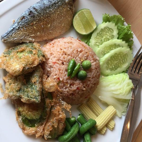 Снимок сделан в Jantanee Restaurant пользователем Muai K. 12/14/2016