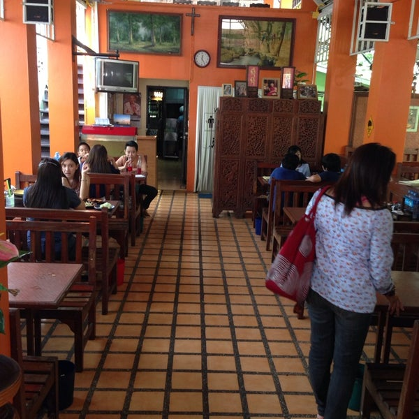 Photo taken at ร้านอาหารฉำฉา by tangmay🐼 on 10/11/2013