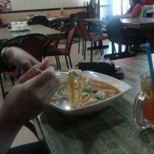 Photo taken at Restoran Pinang Sebatang by Azlan on 9/20/2012