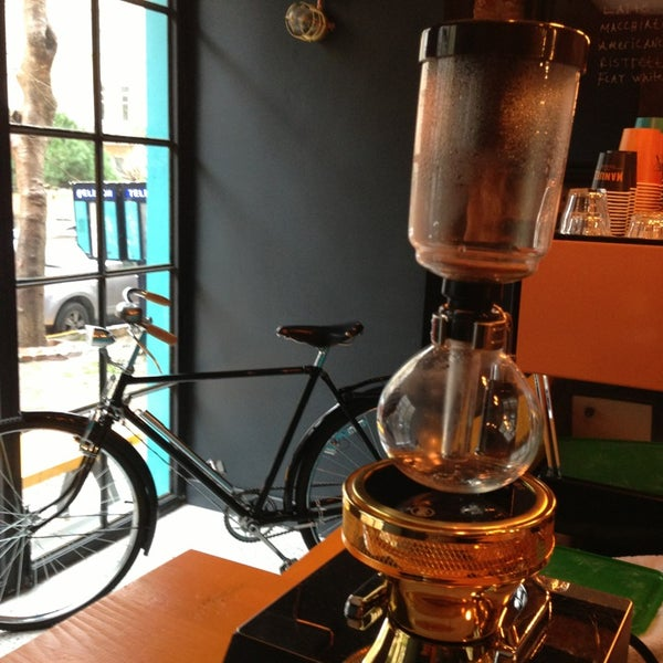 3/8/2014 tarihinde Pinar B.ziyaretçi tarafından Manuel Deli & Coffee'de çekilen fotoğraf