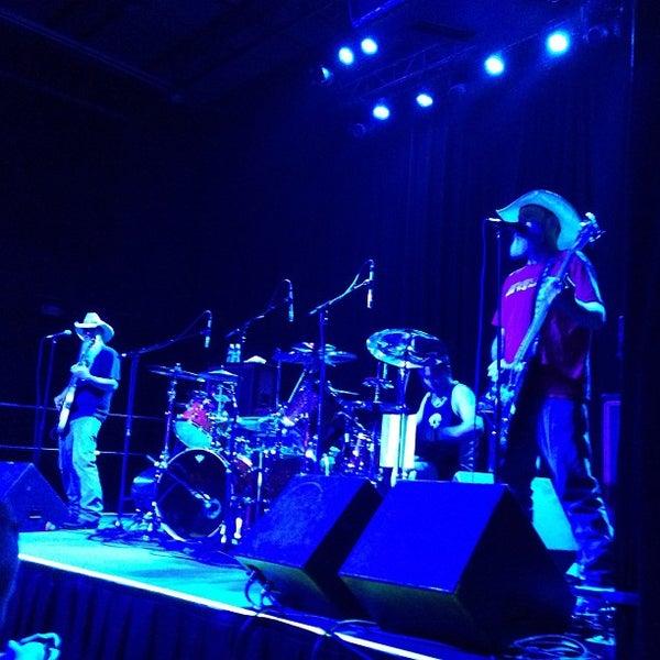 รูปภาพถ่ายที่ Summit Music Hall โดย Johnny W. เมื่อ 7/16/2013
