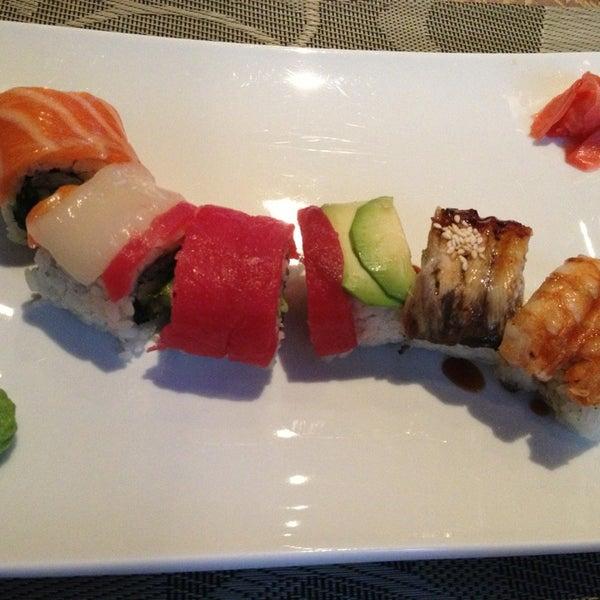 """Вкусно и мило))) На счет суши - они действительно большие и вкусные;) На фото - ролл """"Радуга"""")))"""