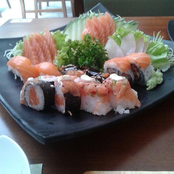 รูปภาพถ่ายที่ Saikou Sushi โดย Ariane C. เมื่อ 3/15/2014