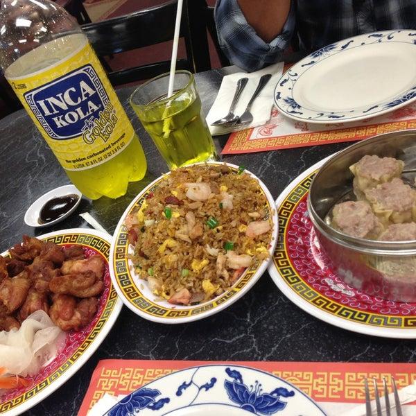 Photo taken at Chifa Du Kang Chinese Peruvian Restaurant by Xime Z. on 4/15/2013