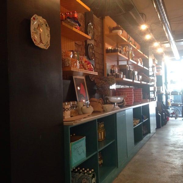 12/19/2015 tarihinde Ozgur S.ziyaretçi tarafından Manuel Deli & Coffee'de çekilen fotoğraf