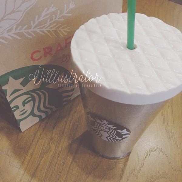 Photo taken at Starbucks by Júllustrator on 12/24/2016