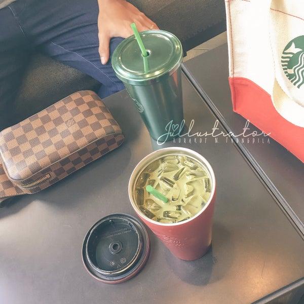 Photo taken at Starbucks by Júllustrator on 8/28/2017