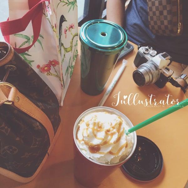 Photo taken at Starbucks by Júllustrator on 8/7/2016