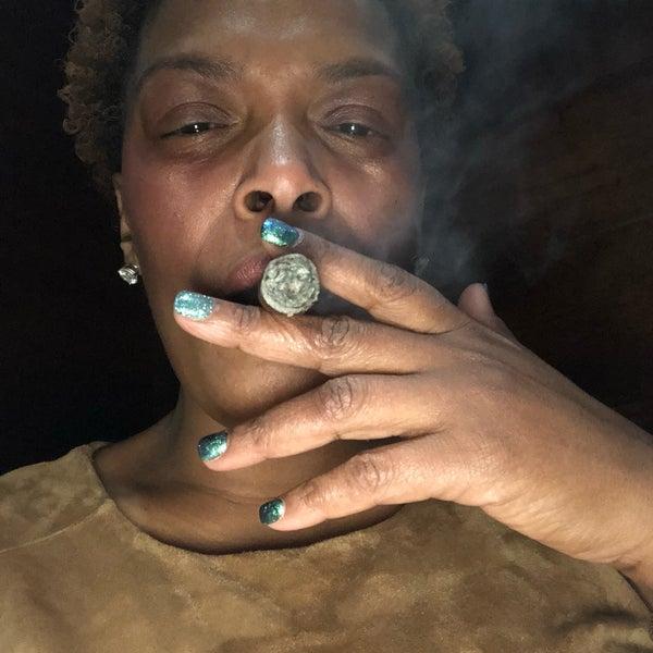 รูปภาพถ่ายที่ TG Cigars โดย Jaineen B. เมื่อ 1/28/2018