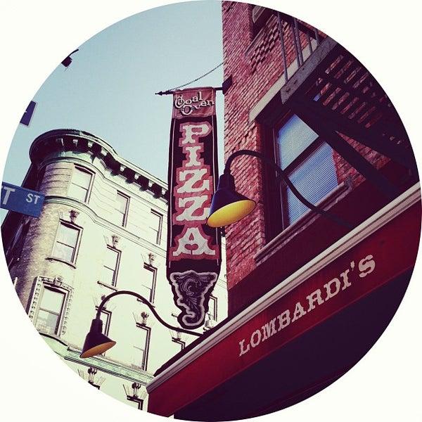 Das Foto wurde bei Lombardi's Coal Oven Pizza von Mike S. am 4/5/2013 aufgenommen