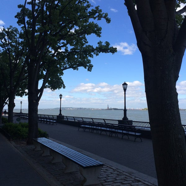 Foto tirada no(a) Battery Park City Esplanade por Ольга Х. em 5/13/2015
