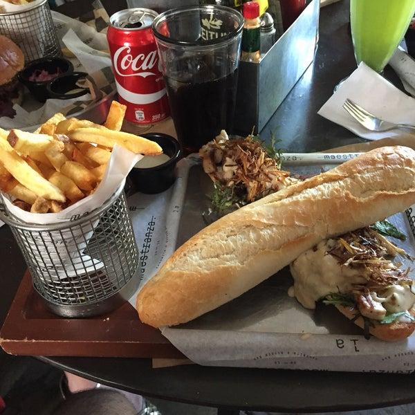 Foto tomada en La Maestranza Sandwich & Burger Bar por jhenk el 4/2/2017