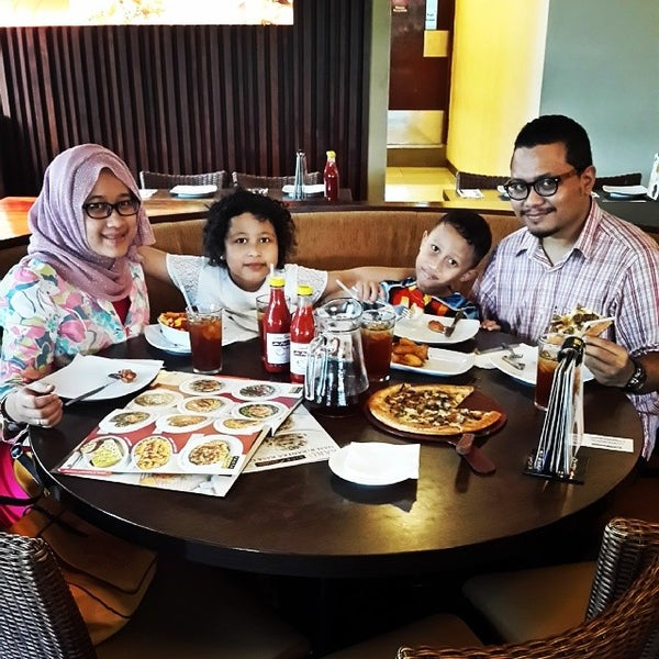 Photo taken at Pizza Hut by Ami R. on 3/12/2014