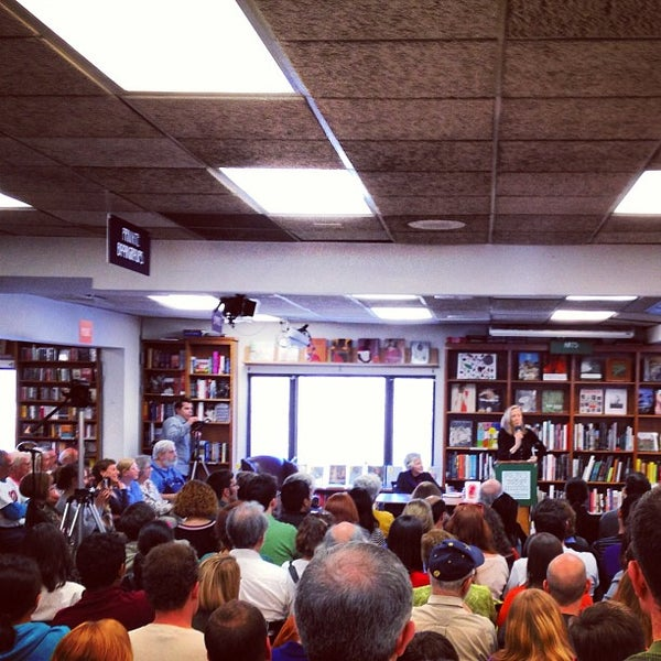 Foto tirada no(a) Politics & Prose Bookstore por Typical S. em 4/6/2013