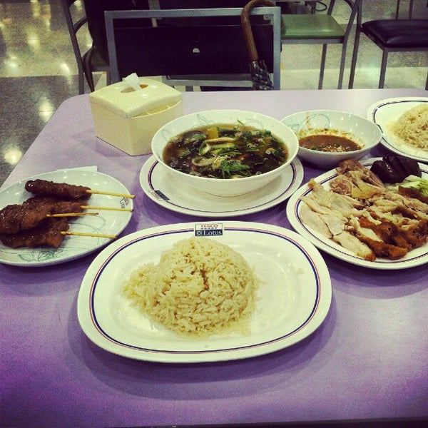 Photo taken at Food Court by Dechawej B. on 9/14/2012