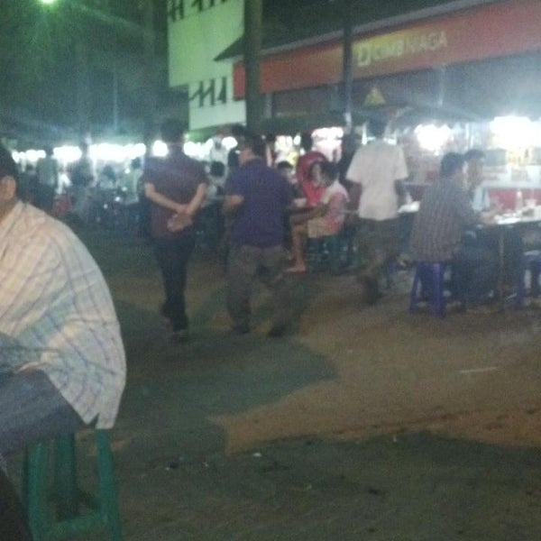 Photo taken at Pusat Jajanan Menteng by mochdy a. on 9/17/2013